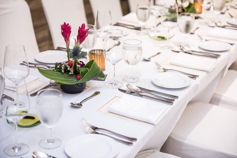Tischbesteck vorbereitet für Mahlzeit stockbilder