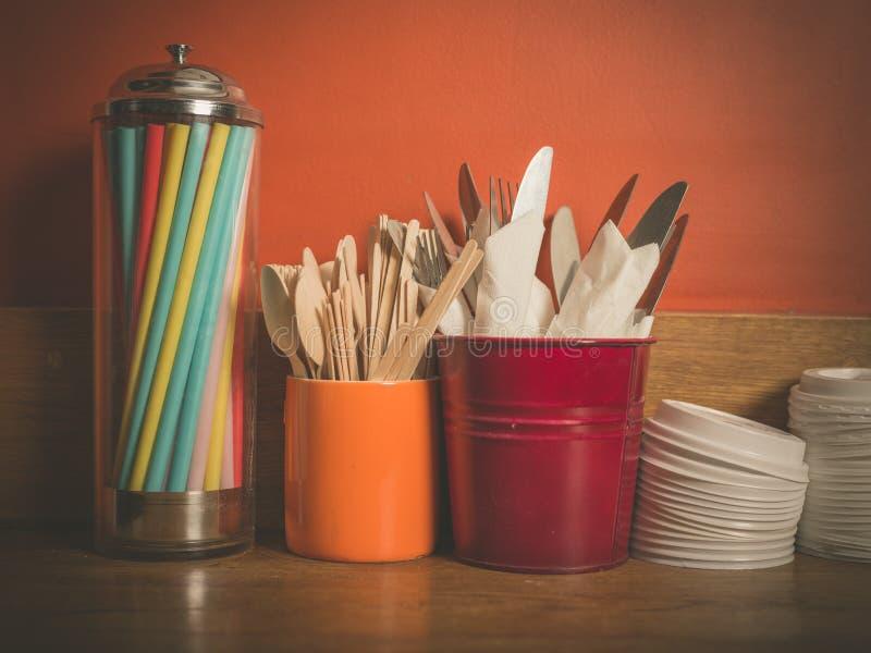 Tischbesteckstrohe und Plastikdeckel lizenzfreies stockbild