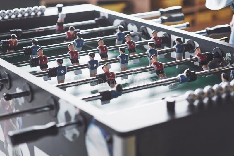 Tischfußball in dem Unterhaltungszentrum Nahaufnahme von Plastikspielern in einem Fußballspiel stockfotografie
