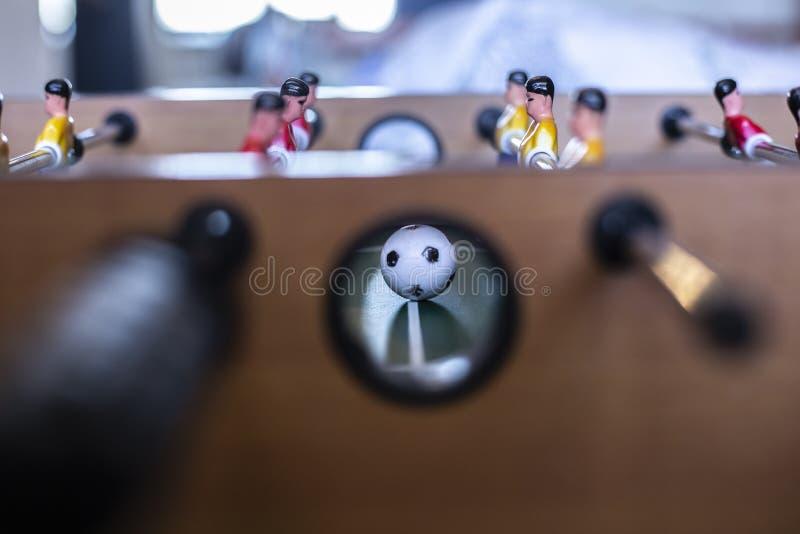 Tischfußball, Ball und Spieler stockbild