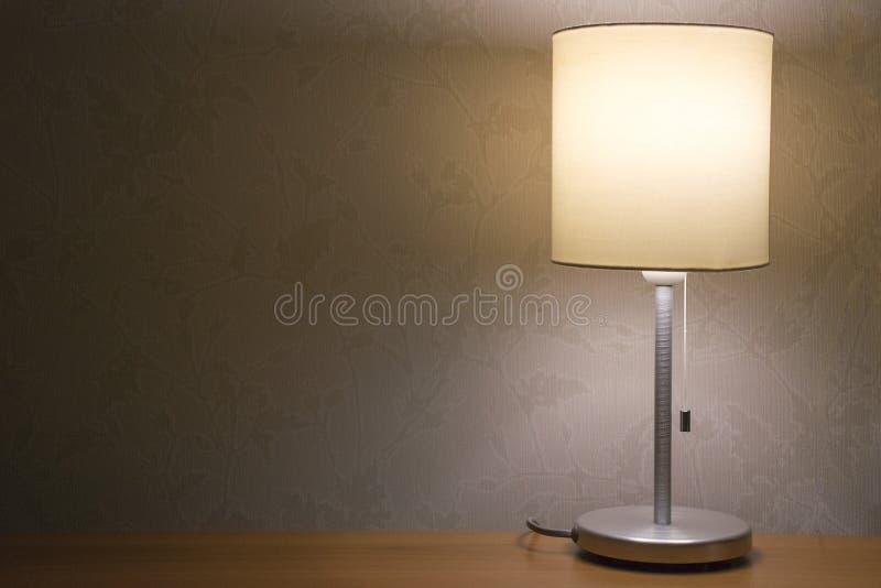 Tischlampe über weißem Wandhintergrund Modernes minimalistic Nachtlicht für Schlafzimmerinnenraum lizenzfreie stockfotos
