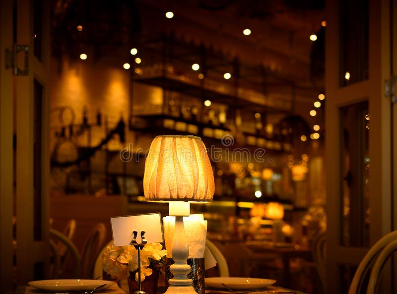 Tischlampe im Esszimmer, unscharfer Hintergrund stockfotografie
