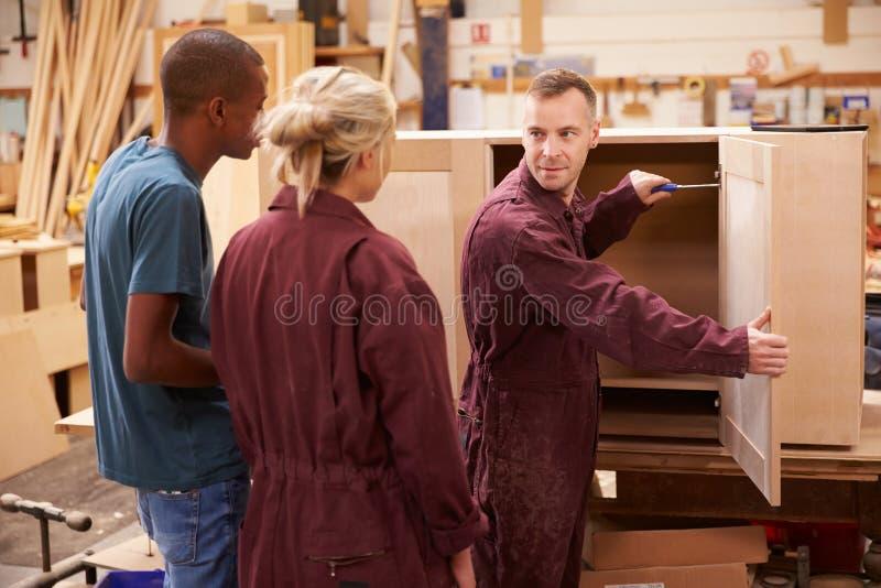 Tischler-With Apprentices Building-Möbel in der Werkstatt lizenzfreies stockbild