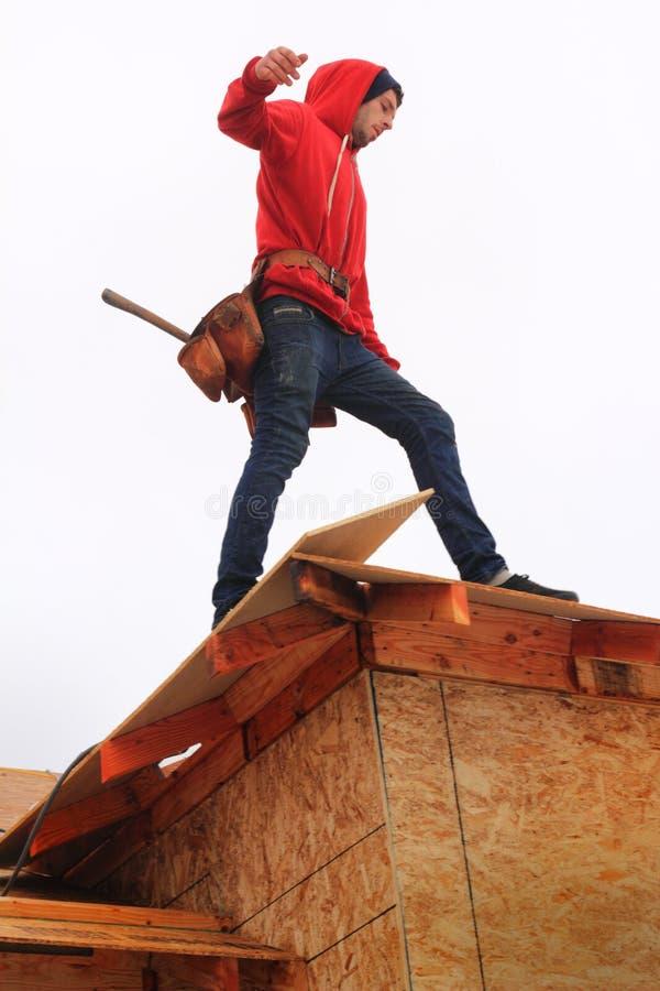 Tischler auf Dach stockfotografie