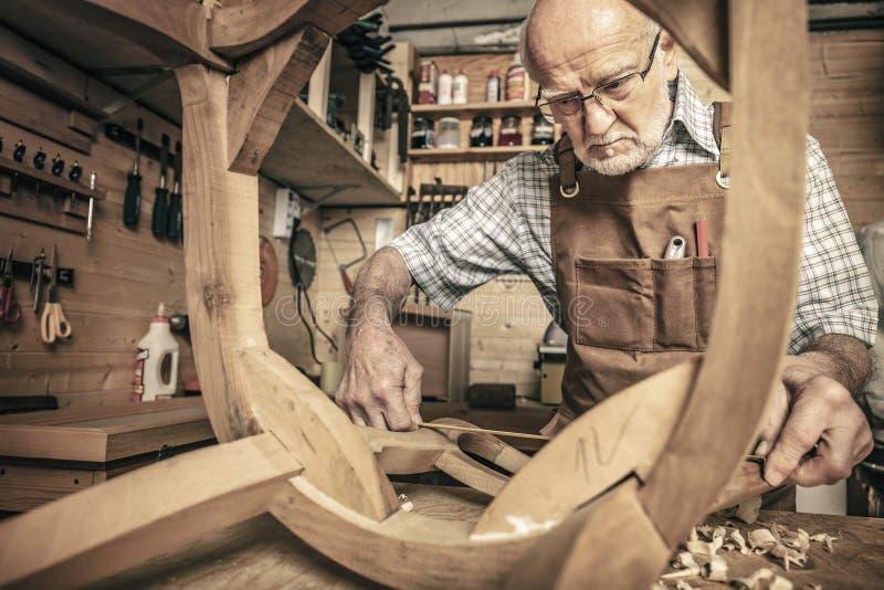 Tischler bei der Arbeit in der Werkstatt lizenzfreie stockfotos