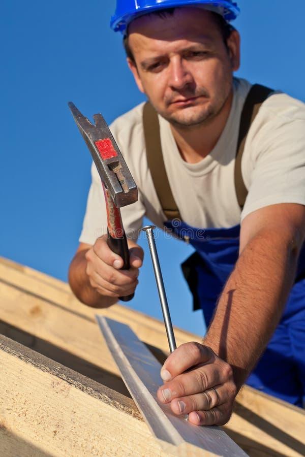 Tischler, der an dem Dach arbeitet lizenzfreies stockbild