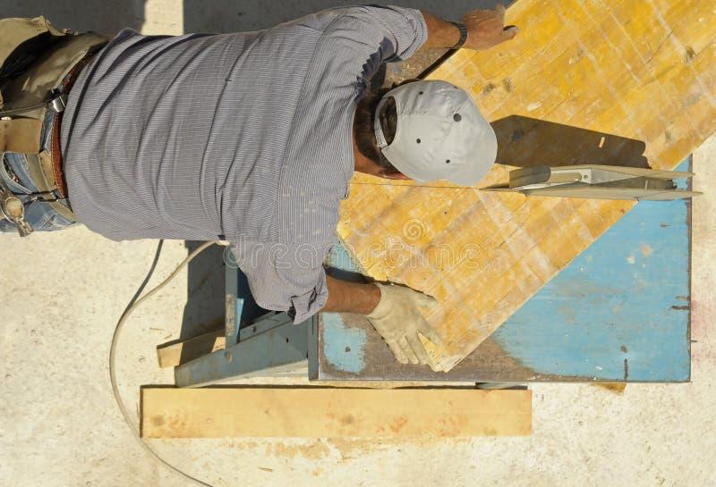 Tischler, der hölzerne Planken schneidet lizenzfreie stockfotos