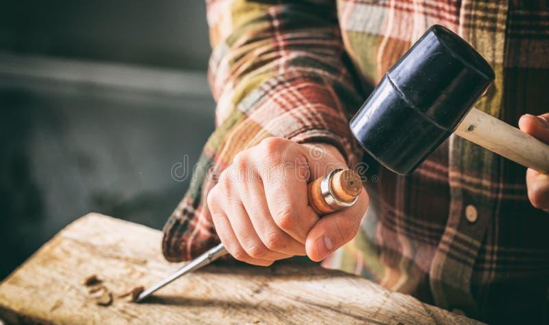 Tischler, der mit einem Meißel arbeitet stockfoto