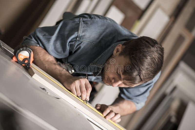 Tischler, der mit Holz arbeitet stockfoto