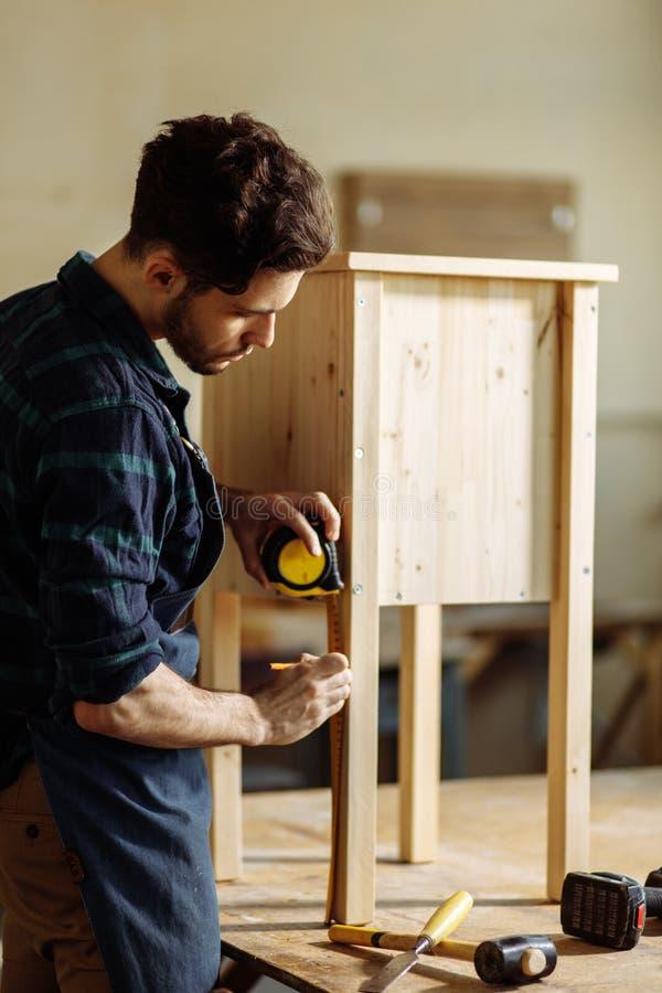 Tischler, der in seiner Holzarbeit oder in Werkstatt arbeitet lizenzfreie stockfotos