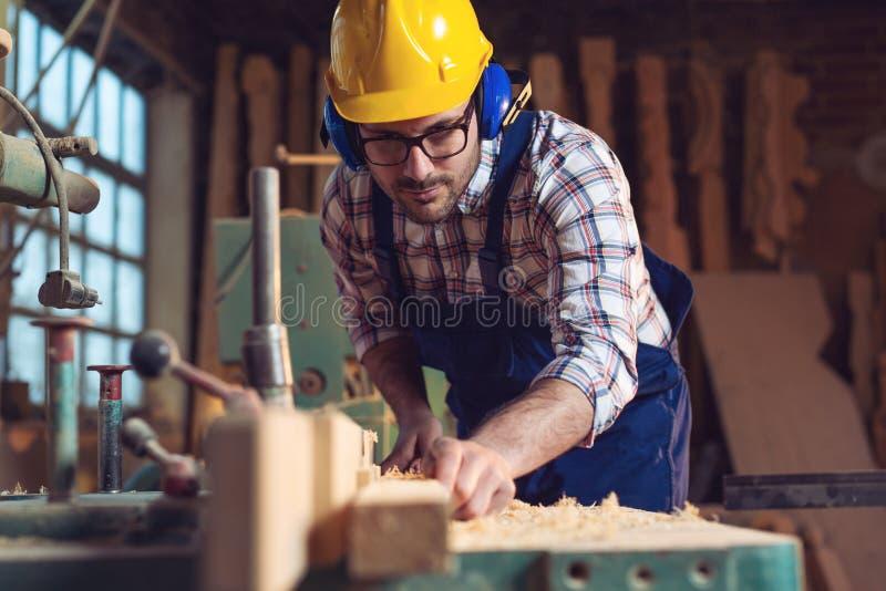 Tischler, der in seiner Werkstatt arbeitet stockfoto