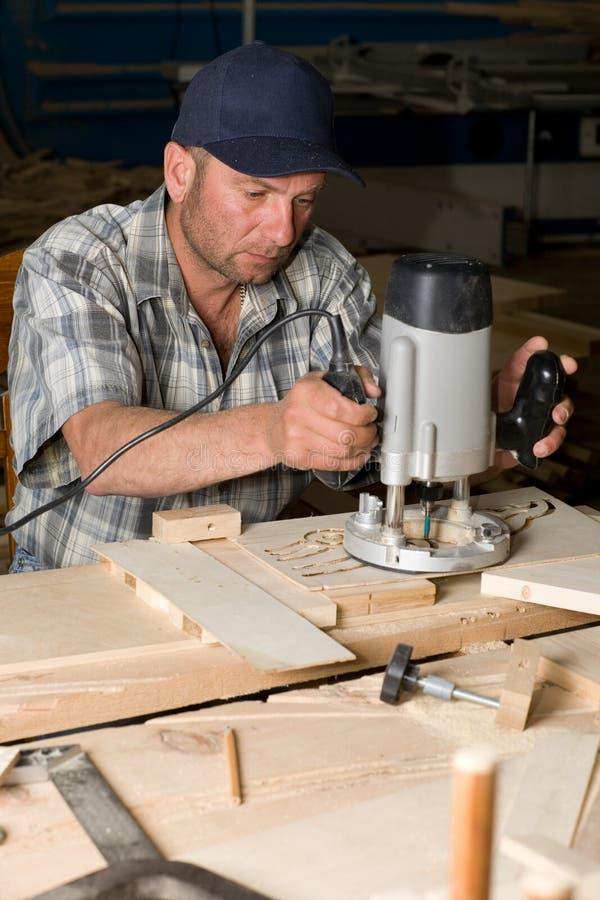 Tischler im Holzbearbeitungsystem lizenzfreies stockfoto