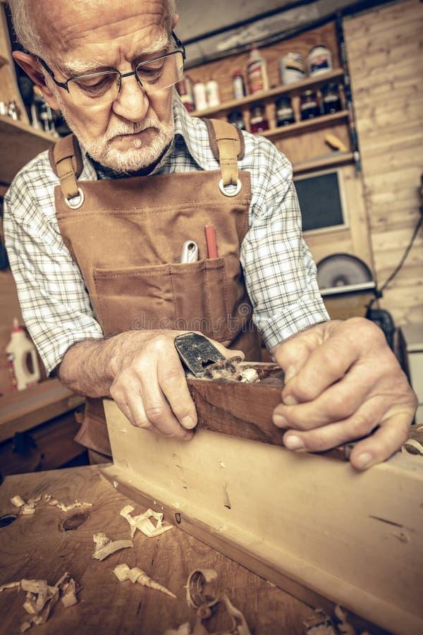 Tischler mit handplaner lizenzfreies stockfoto