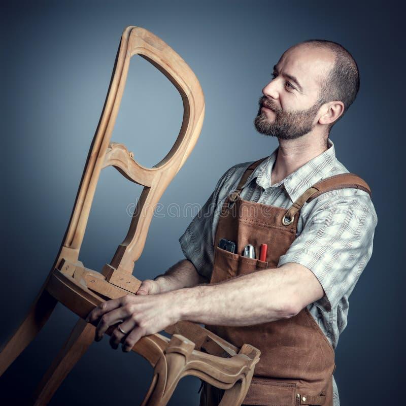 Mann Sitzen Auf Stuhl Stockbild Bild Von Mann Beiläufig