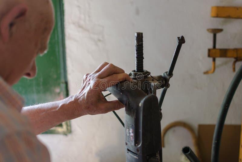 Tischler- oder Erbauermannarbeitsholz mit elektrischer Bohrmaschine stockbild