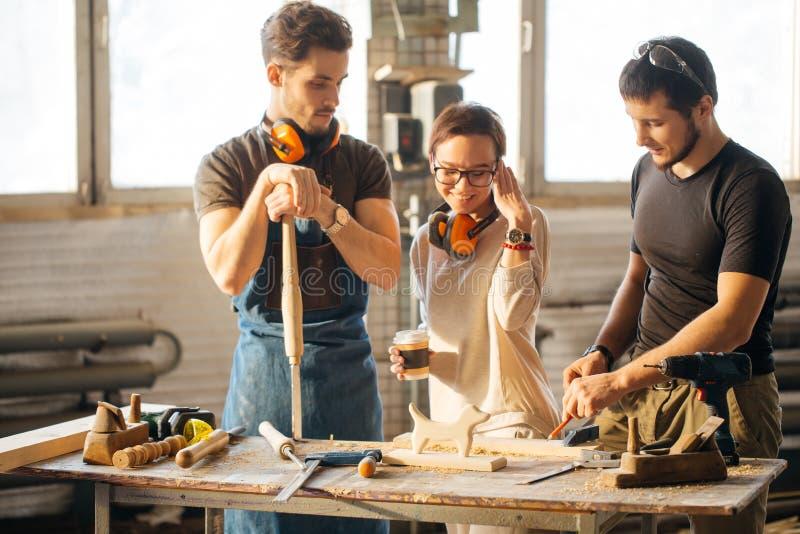 Tischler Training Female Apprentice, zum der Fläche zu benutzen stockfotos