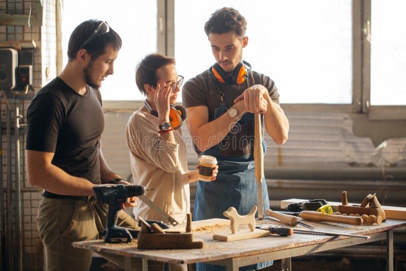 Tischler Training Female Apprentice, zum der Fläche zu benutzen stockfoto
