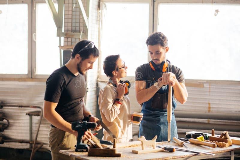 Tischler Training Female Apprentice, zum der Fläche zu benutzen lizenzfreie stockbilder