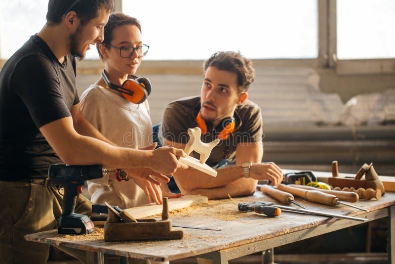 Tischler Training Female Apprentice, zum der Fläche zu benutzen stockfotografie