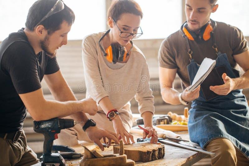 Tischler Training Female Apprentice, zum der Fläche zu benutzen stockbilder