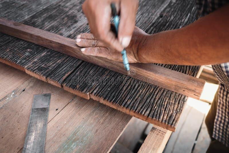 Tischler Working mit Holz in seiner Werkstatt lizenzfreie stockbilder