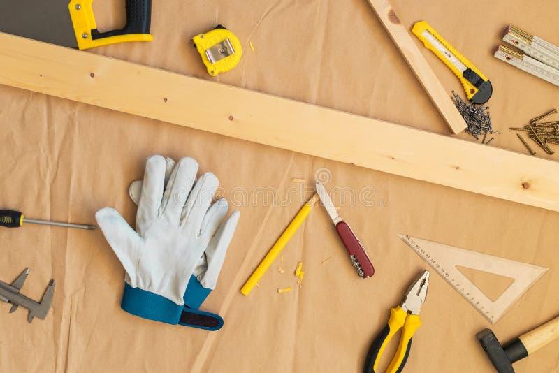 Tischlerheimwerkerwerkstatt-Schreibtischtischplatte mit Werkzeugen stockfotos