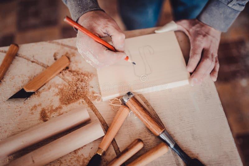 Tischlermarkierungsposition auf Holz stockbild