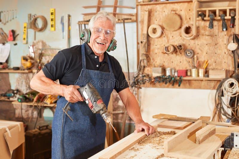 Tischlermeister in der Holzarbeit stockfoto