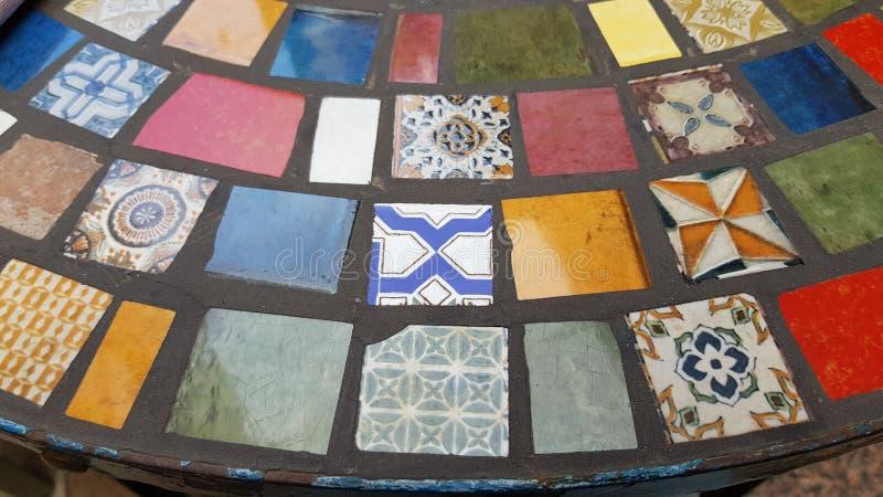 Tischplatte hergestellt von defekten Stücken verschiedenen Keramikfliesen stockbild