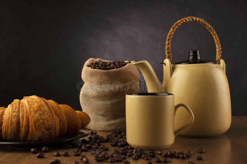 Tischplatte mit Kaffeeteetopf, Schale und Kaffeebohnen, Pune, Indien stockbild
