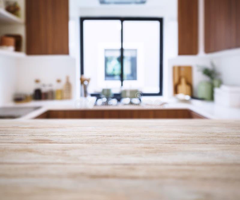 Tischplatte mit Unschärfe-Küchen-Speiseschrankhaupthintergrund lizenzfreies stockfoto