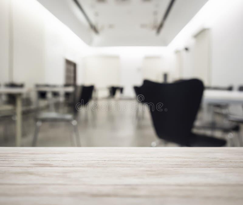 Tischplatte mit unscharfem Bürofunktionsraum-Innenraumhintergrund lizenzfreie stockfotos