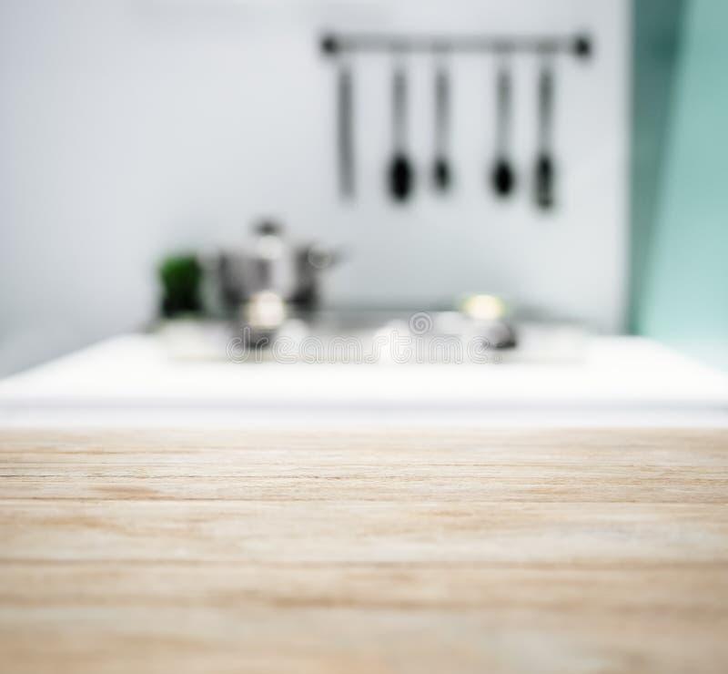 Tischplatte mit unscharfem Küchenarbeitsplatte-Ausgangsinnenraum-Hintergrund stockbild