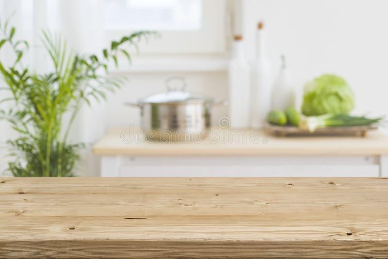 Tischplatte mit unscharfem Kücheninnenraum als Hintergrund lizenzfreie stockfotos