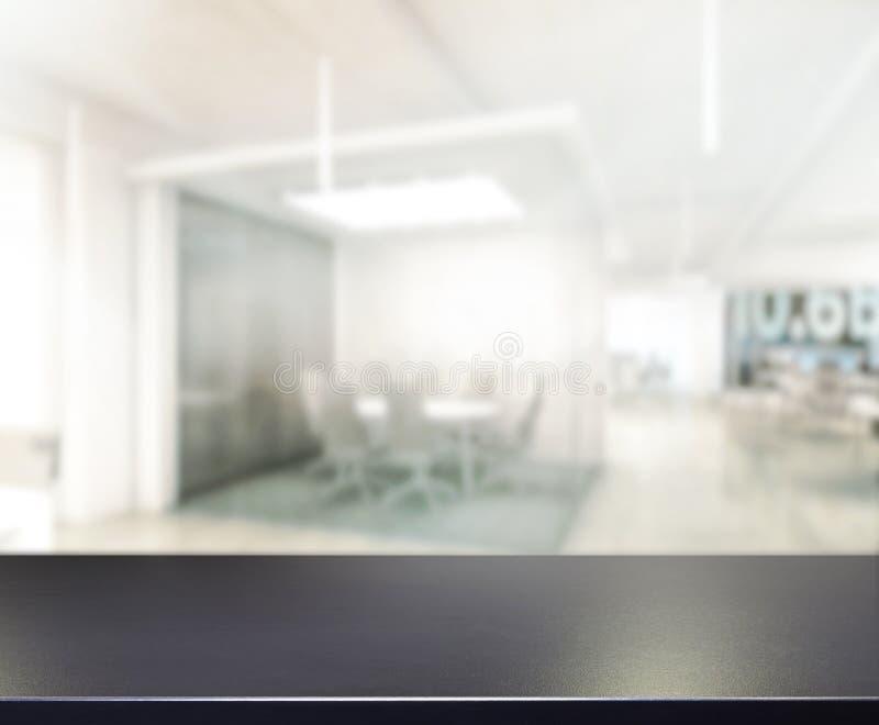 Tischplatte-und Unschärfe-Büro-Hintergrund lizenzfreie stockfotografie