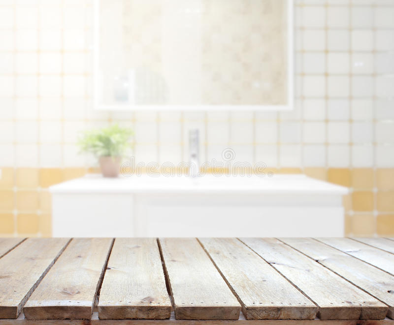 Tischplatte-und Unschärfe-Badezimmer des Hintergrundes stockfoto