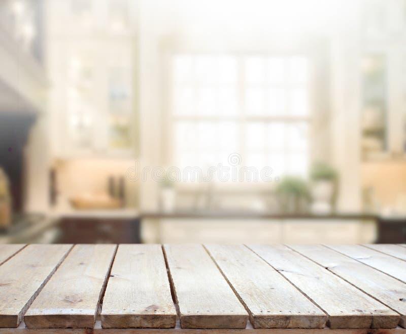 Tischplatte-und Unschärfe-Innenraum-Hintergrund stockfotografie