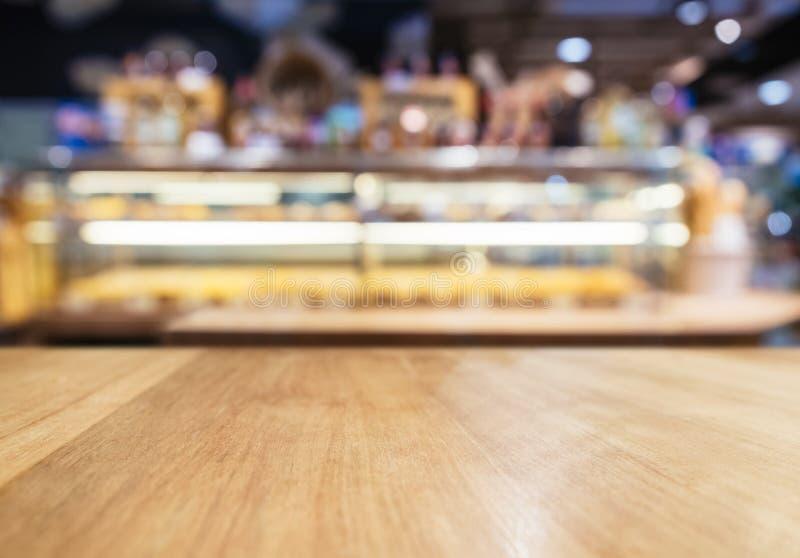 Tischplatte-Zähler mit unscharfem Anzeigenregal Bäckerei-Shop lizenzfreie stockfotos