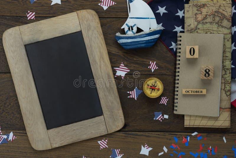 Tischplatteansicht-Luftbild der Dekoration das Zeichen glücklichen Columbus Tages 8,2018 USA im Oktober lizenzfreies stockfoto