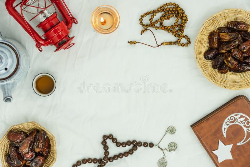 Tischplatteansicht-Luftbild des Dekoration Ramadan Kareem-Feiertagshintergrundes Flache gelegte halal Mahlzeit der wesentlichen G stockbild
