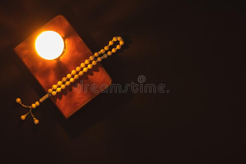 Tischplatteansicht-Luftbild des Dekoration Ramadan Kareem-Feiertagshintergrundes Flaches gelegtes Rosenbeet u. Beleuchtung mit de lizenzfreies stockbild