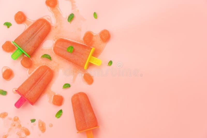 Tischplatteansicht-Luftbild des Lebensmittels f?r Sommerferien-Hintergrundkonzept stockfotografie
