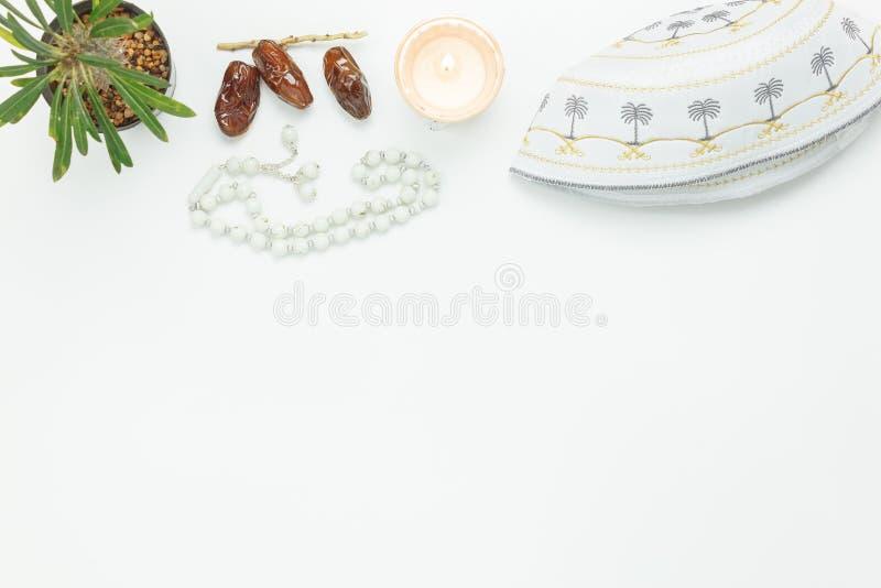 Tischplatteansicht-Luftbild von Dekoration Ramadan Kareem-Feiertag lizenzfreie stockfotos