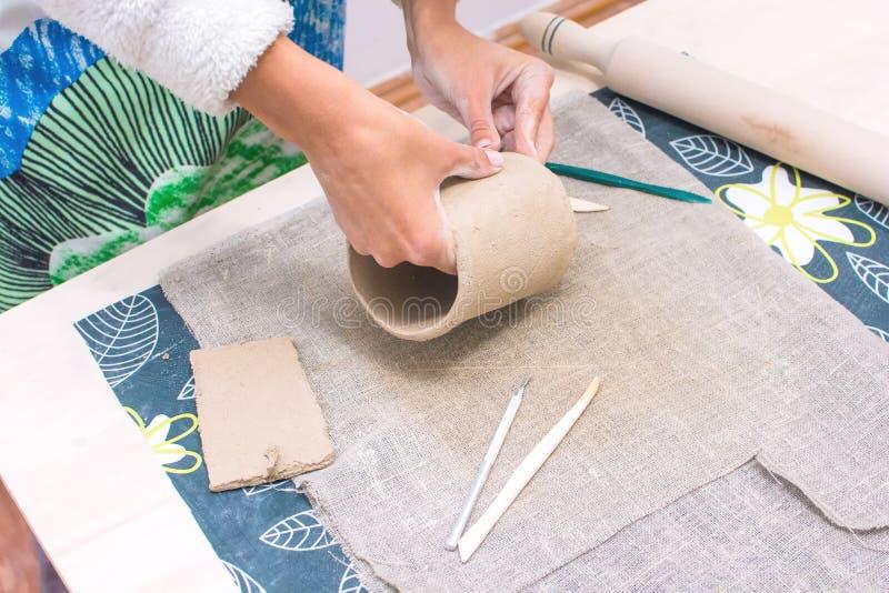 Tischplatteansicht von den Frauenhänden, die Schale herstellen stockbild