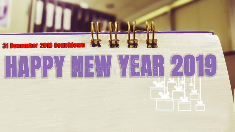Tischplattenkalendercountdownzeit ab 2018 zu neuem Jahr 2019 mit einer Geschenkikone, die hinunter Hintergrund hängt, bearbeitet  stockbilder