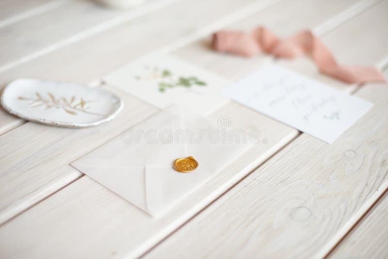 Tischplattenmodell der weiblichen Hochzeit mit Karte des leeren Papiers und Eukalyptus Populus verzweigen sich auf wei?en sch?big lizenzfreie stockfotos