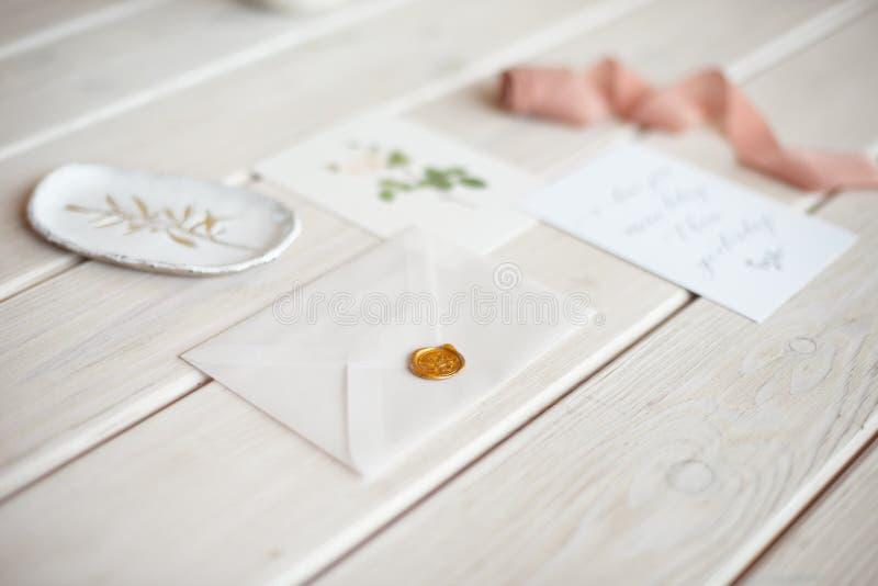 Tischplattenmodell der weiblichen Hochzeit mit Karte des leeren Papiers und Eukalyptus Populus verzweigen sich auf wei?en sch?big stockbilder