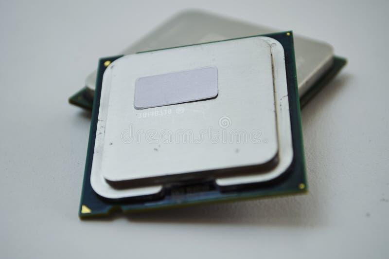 Tischrechnermikroprozessoren auf weißem Hintergrund lizenzfreies stockfoto