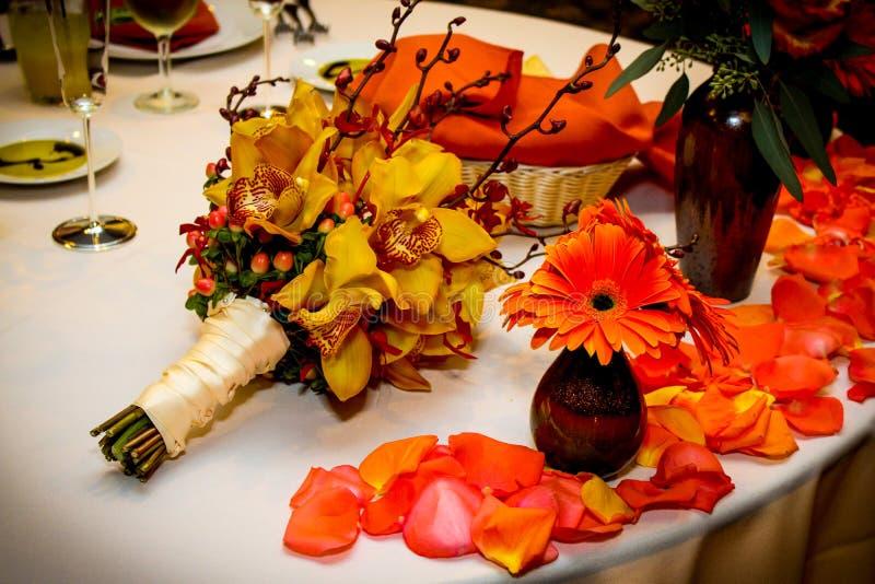 Tischschmuck für eine Fall-Hochzeit stockfotos