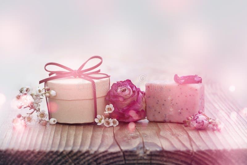 Tischschmuck mit einem kleinen Geschenk lizenzfreies stockbild